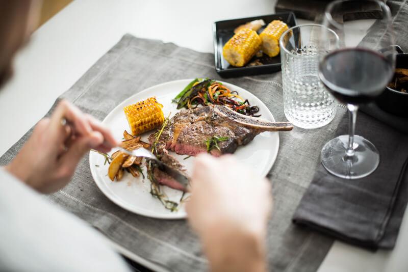 Ein Mann schneidet ein Stück Steak