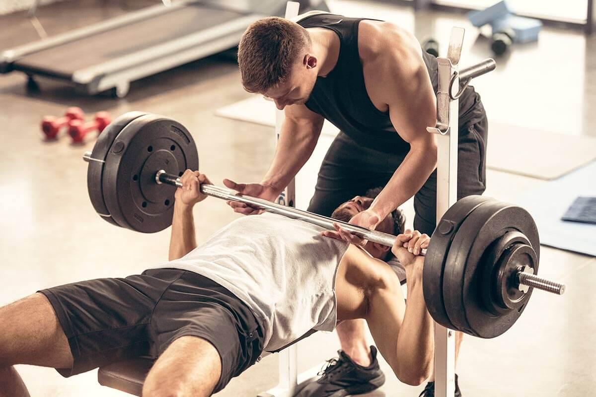 Homens treinando com pesos para ganharem massa muscular e ganhar peso com saúde
