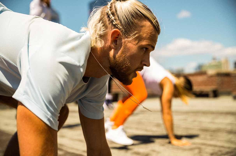 Un homme qui s'entraîne pour muscler ses pectoraux