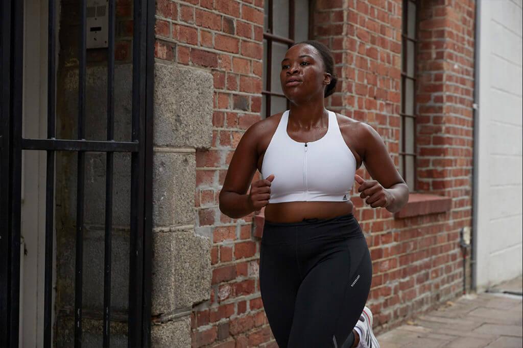 Une jeune femme débute en course à pied