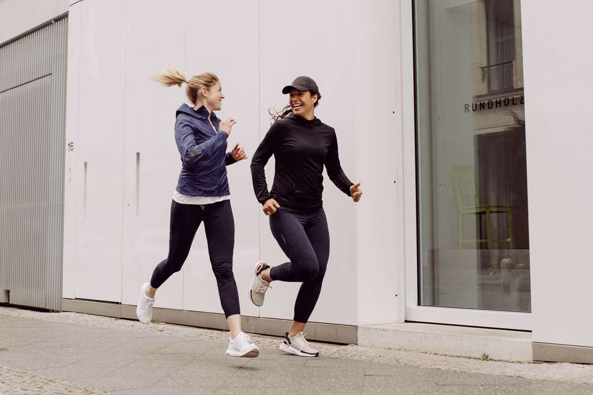 Duas mulheres correndo e rindo