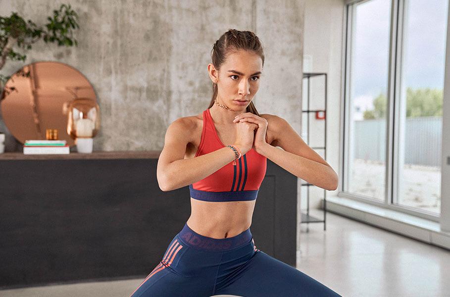 Donna che fa un workout a casa