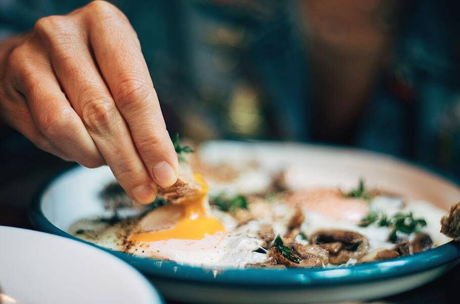 piatto con uova e funghi champignon