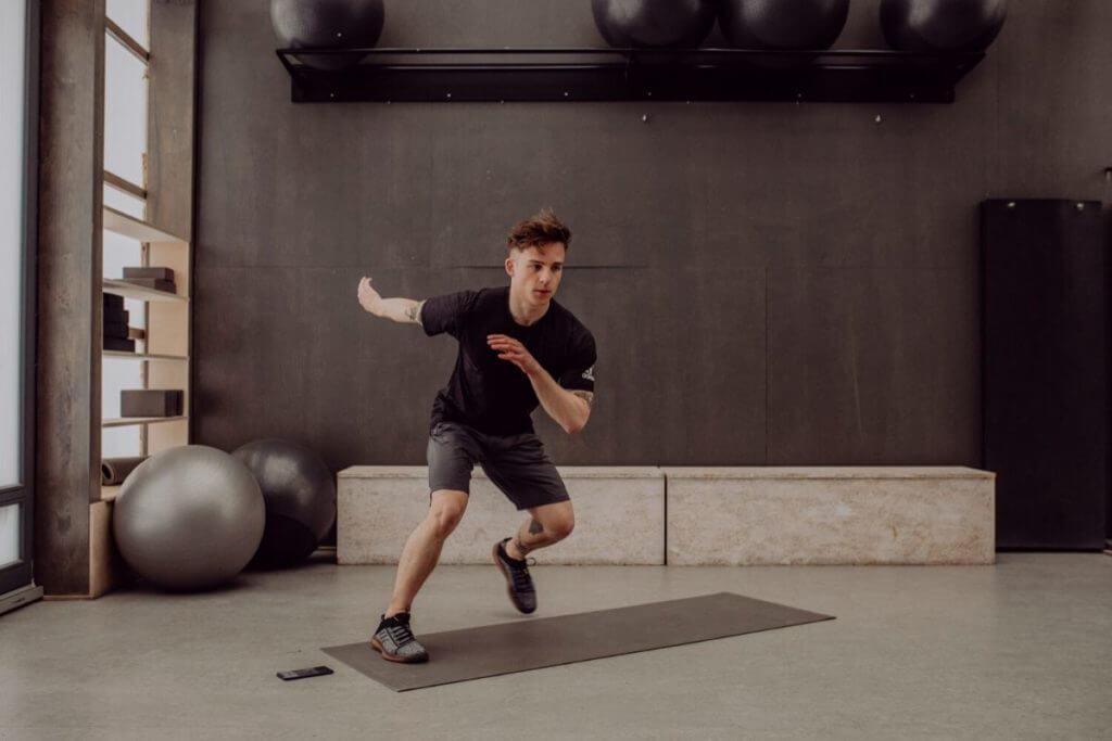 uomo si allena