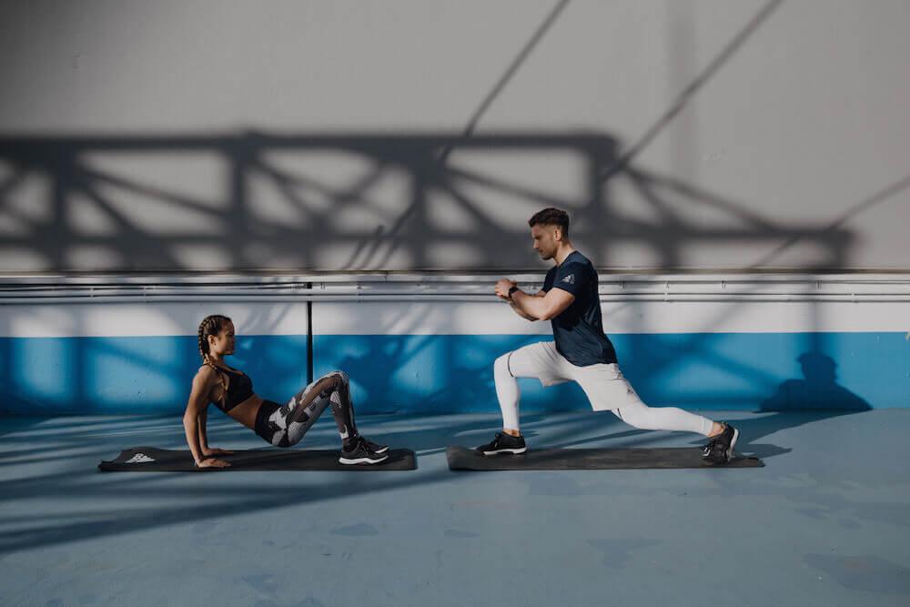 Deux personnes font un entraînement au poids du corps