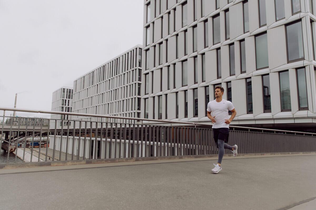 Uomo corre in città