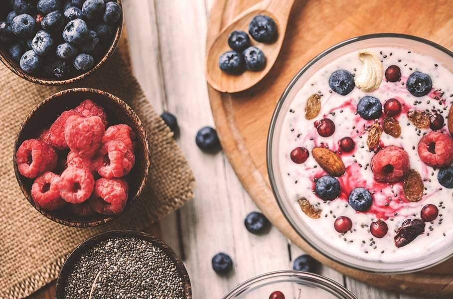 Café da manhã saudável com iogurte e frutas vermelhas