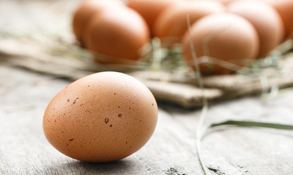 Ovos de casca marrom sobre uma mesa
