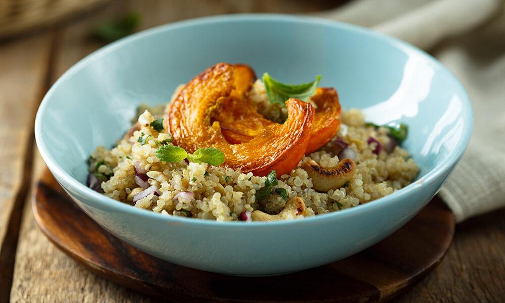 Tigela de quinoa com abóbora