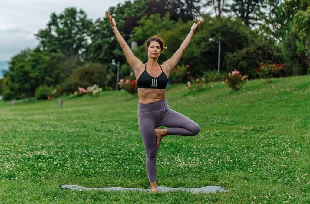 Mulher praticando a postura de yoga da árvore para soltar o quadril