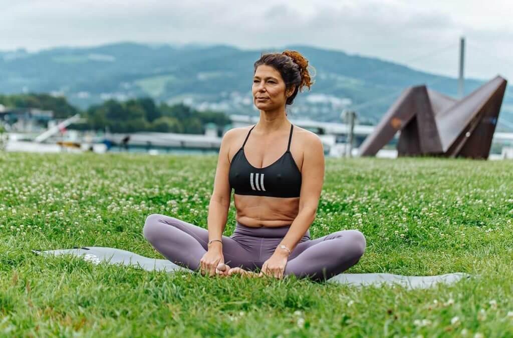 Mulher praticando exercícios de yoga para corredores