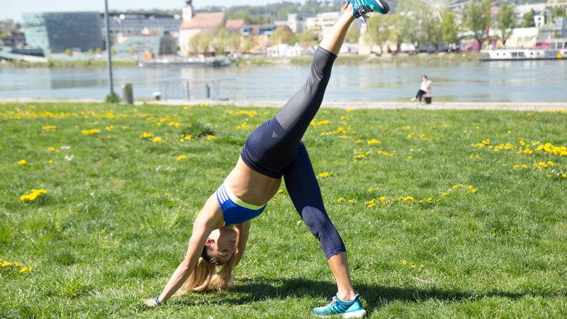 Jeune femme faisant un Single Leg Pike Push-Up.