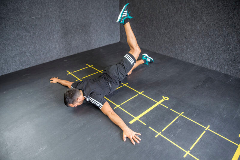 Hombre haciendo el ejercicio Scorpion 1.