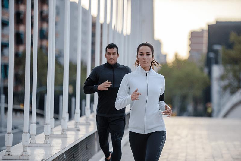 Homem e mulher correndo na rua