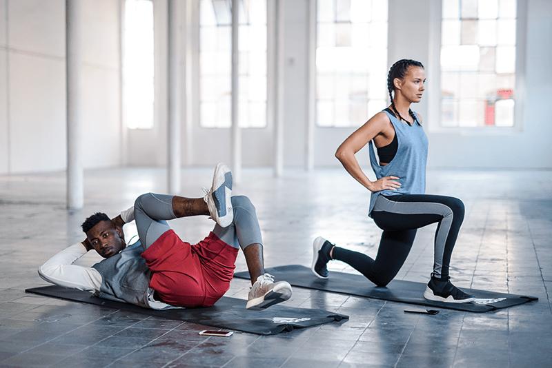 Mulher e homem fazendo treino bodyweight