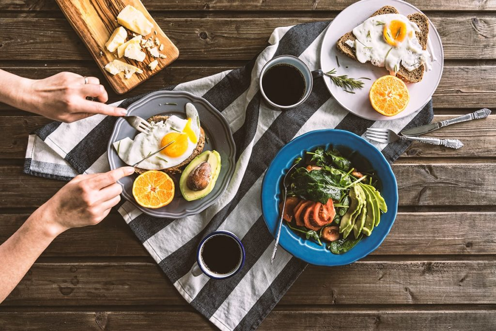 Mahlzeit mit komplexen Kohlenhydraten, hochwertigem Protein und guten Fetten