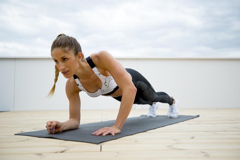 Eine junge Frau macht Up-Downs