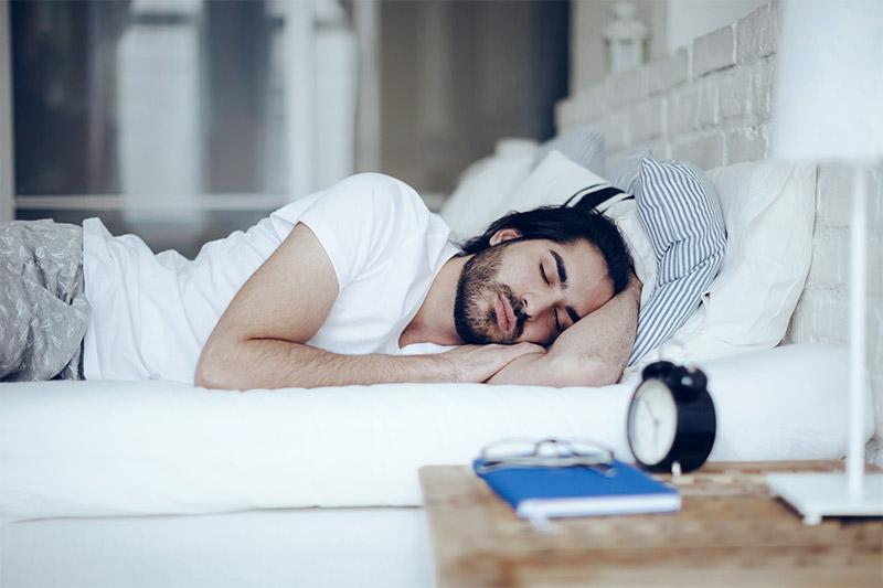 Mann schläft
