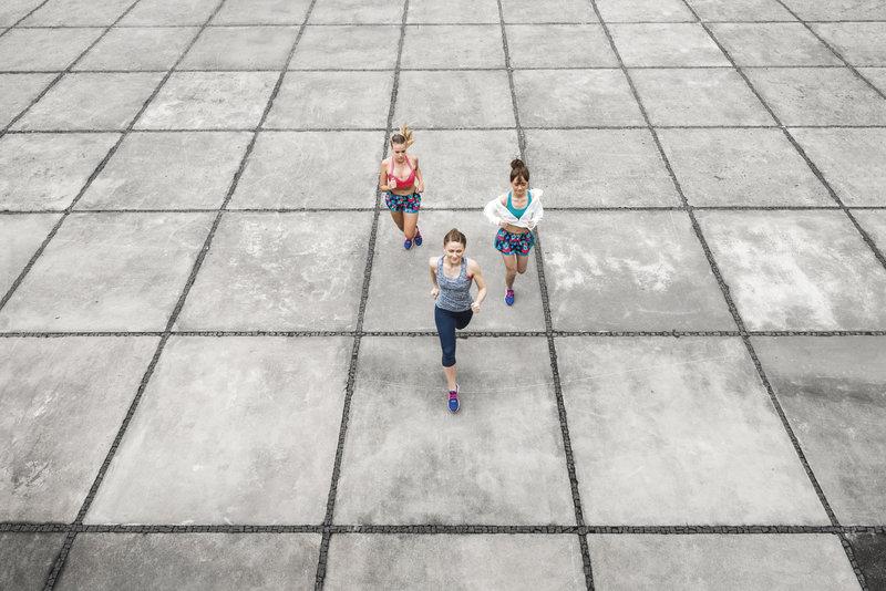Drei Frauen laufen