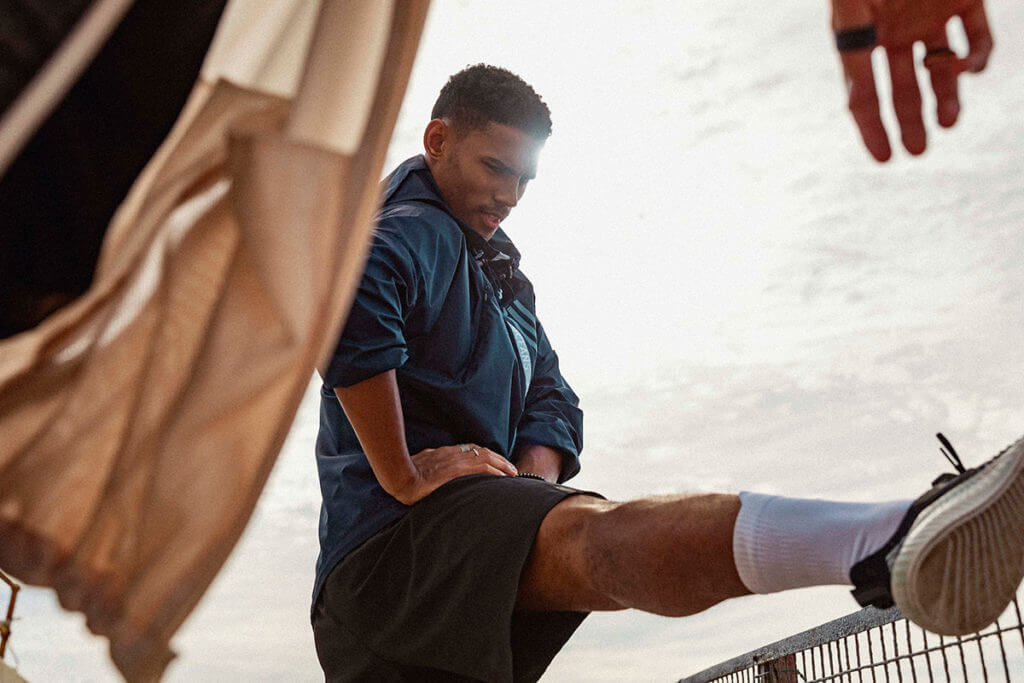 Ein Mann beim Stretching draußen