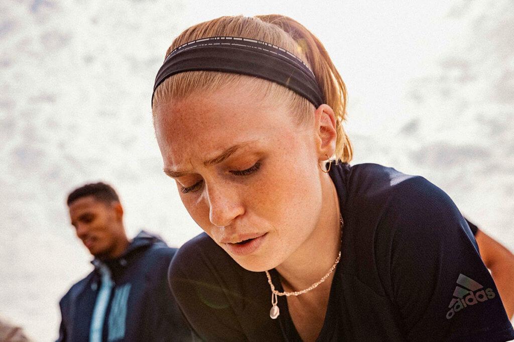Eine junge Frau beim Ausatmen