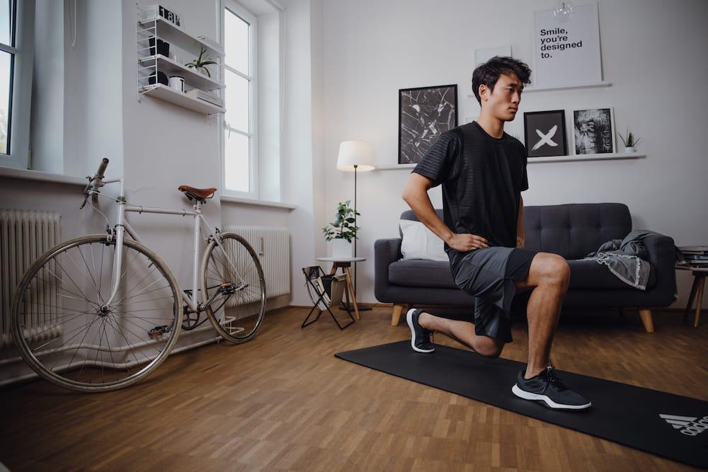 Ein Mann macht Lunges statt der 30-Day Squat Challenge