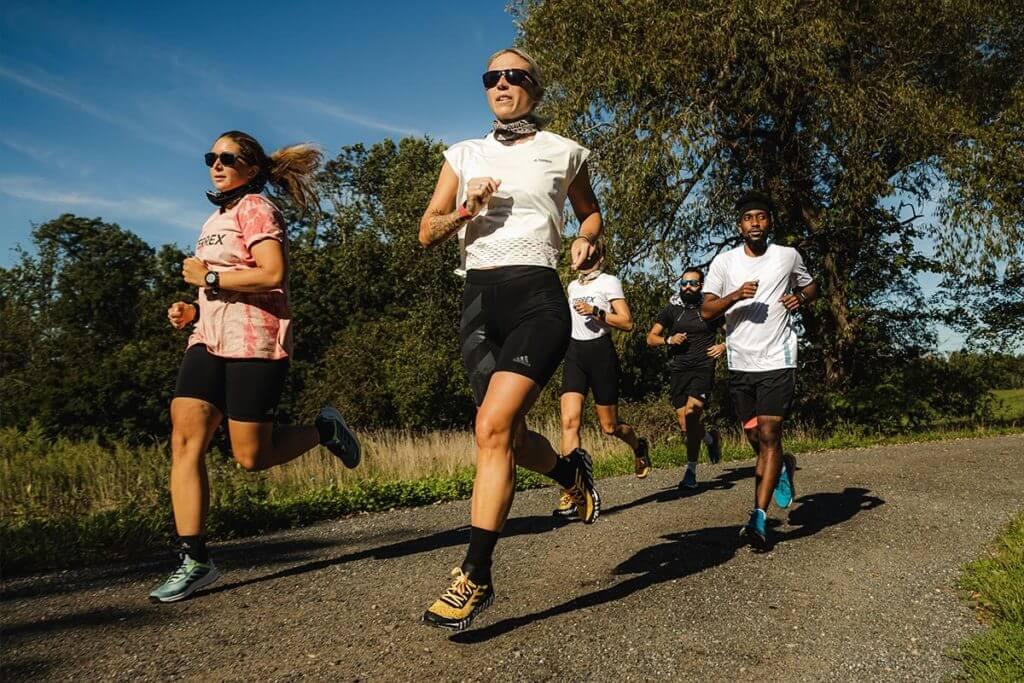 Grupo de runners corriendo en comunidad
