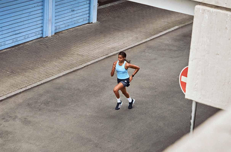Mulher fazendo um treino longão na rua, focada na resistência mental