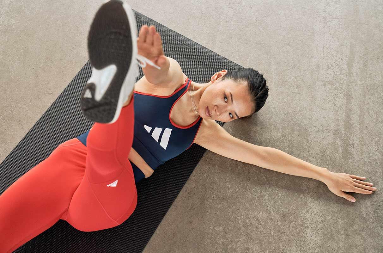 mujer identificando la asimetría de una pierna