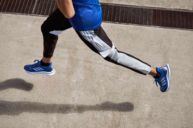hombre trabajando en su técnica de running