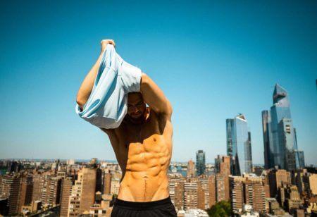 hombre joven entrenando para conseguir crecimiento muscular