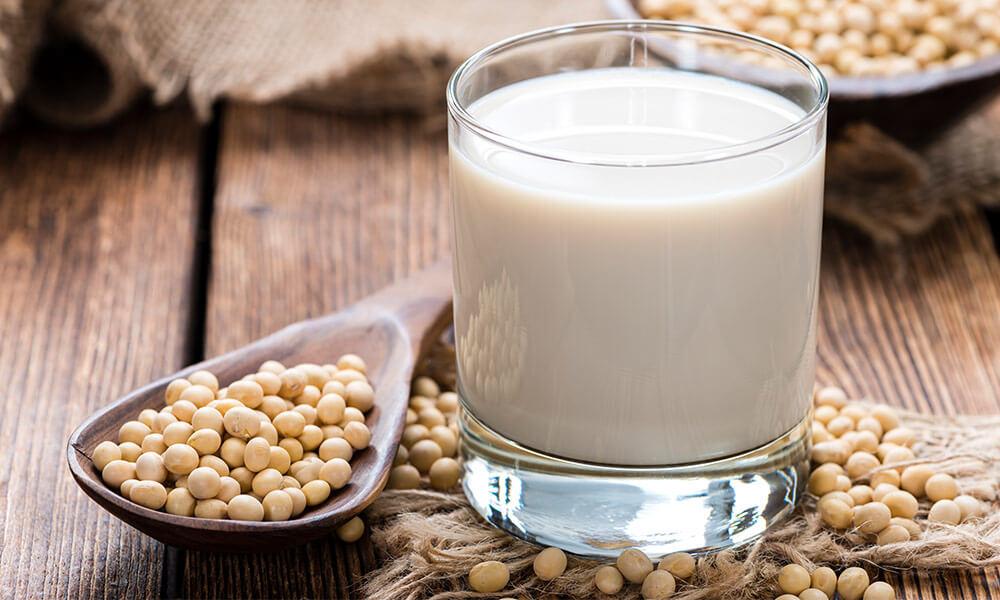 bicchiere con latte di soia
