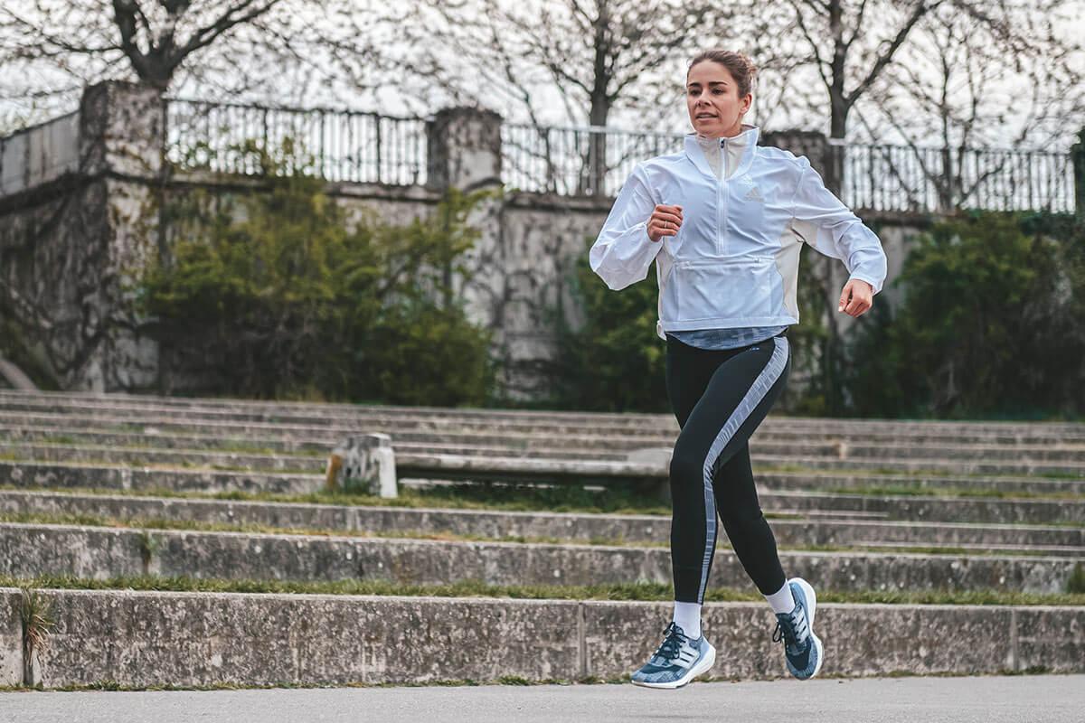 Une jeune femme qui court