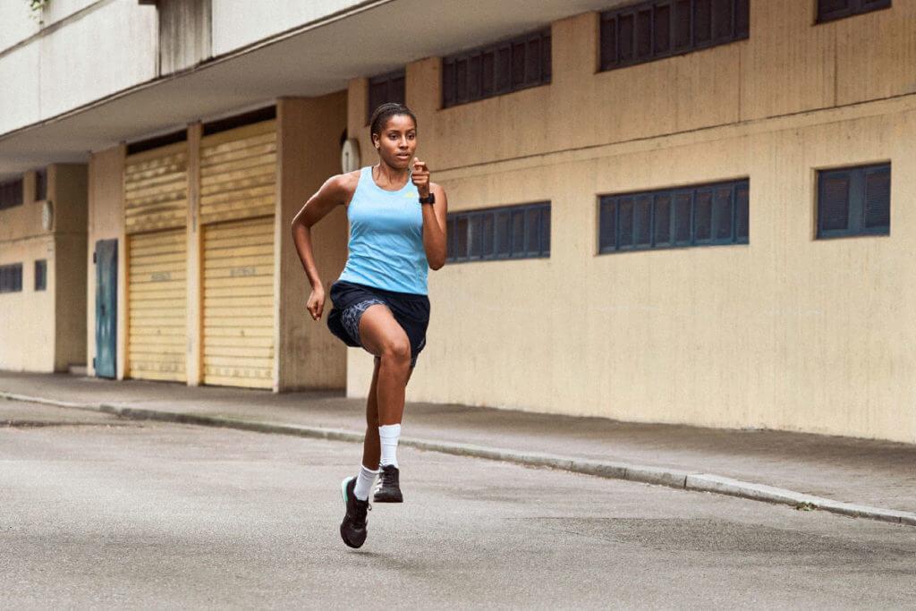 Une jeune femme court rapidement dans la rue