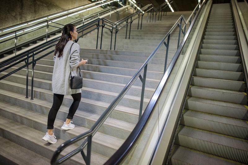 Jeune femme qui monte des escaliers