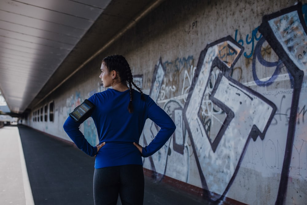 Una mujer corriendo en invierno