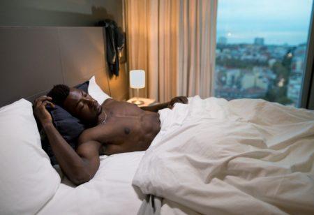 Un uomo dorme a letto