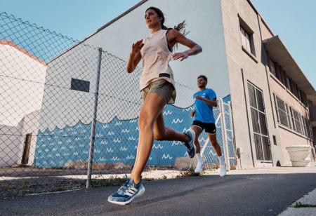 Läuferin und Läufer in der Stadt