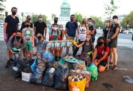 Un grupo de runners en un evento de plogging recogiendo mascarillas desechadas