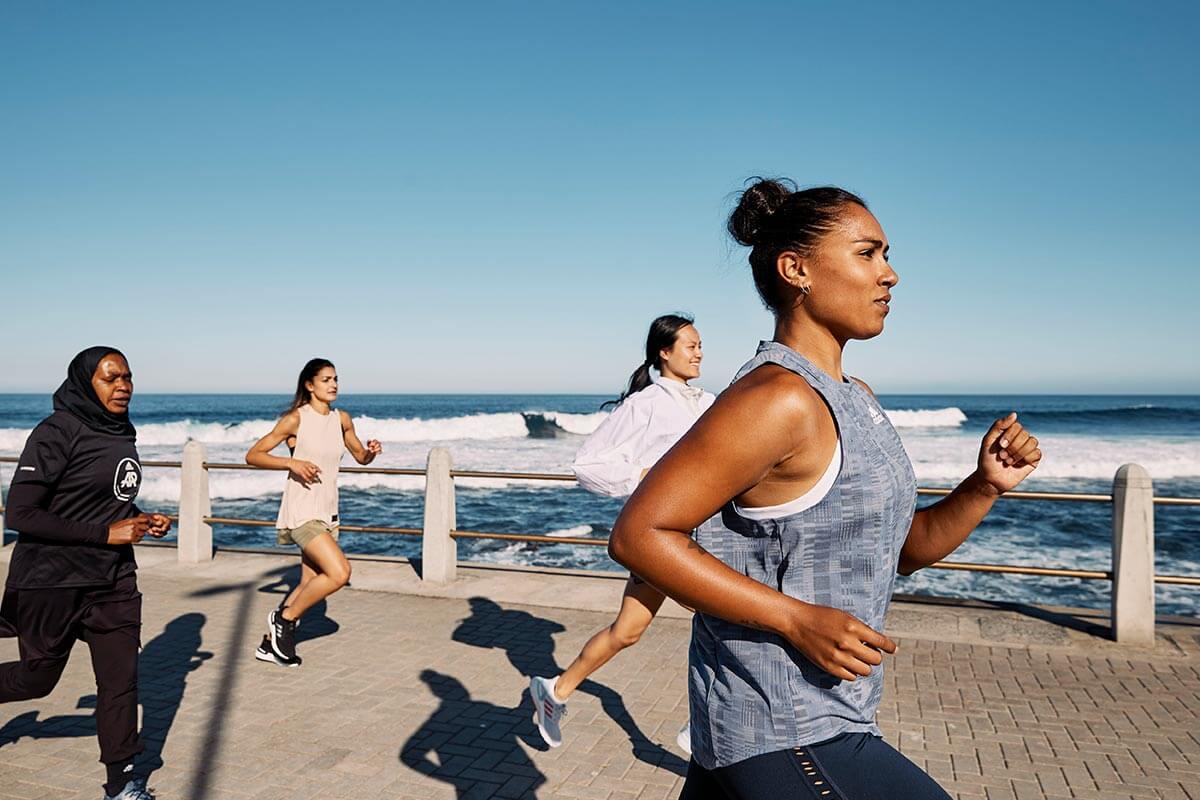 Läuferinnengruppe am Strand