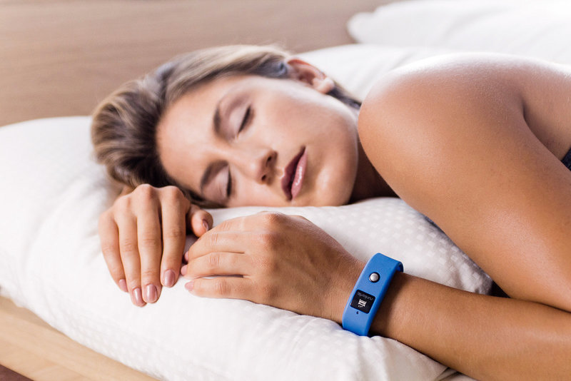 Jeune femme endormi dans un lit