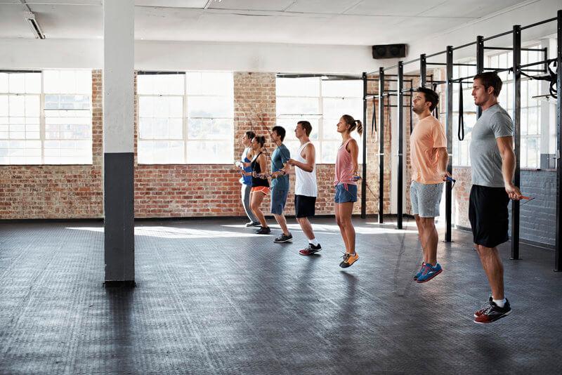 Gruppe von Freunden macht ein Springschnur-Workout