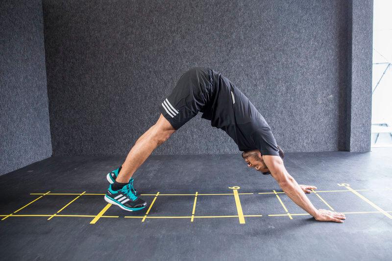 Athletischer Mann macht einen Handlauf mit Hüftüberstreckung.