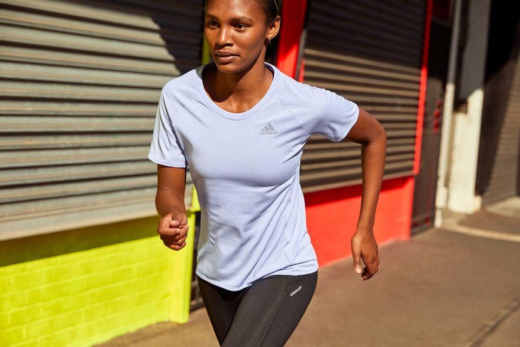 Mujer preparándose para una maratón