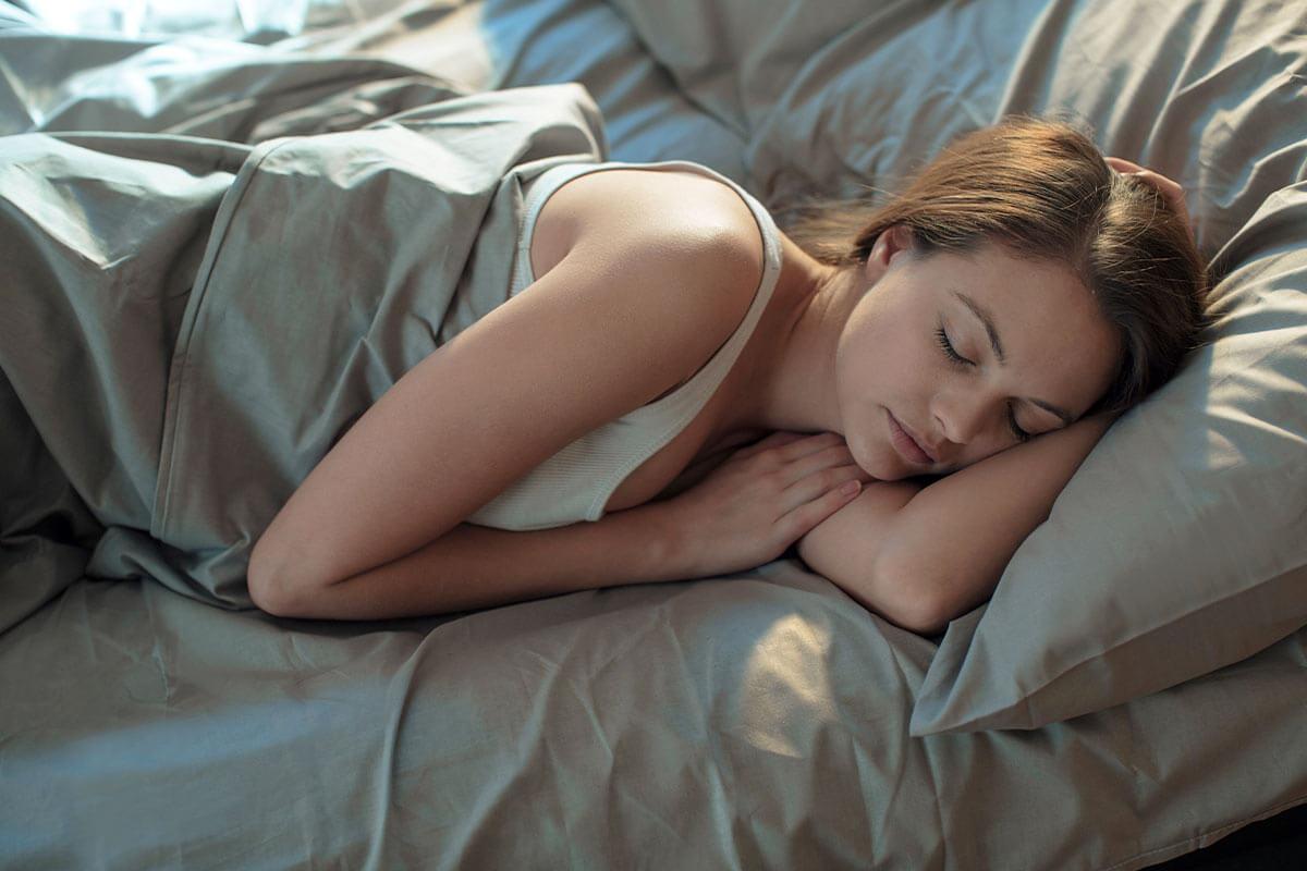 Dormir é importante para garantir a recuperação muscular após os treinos.