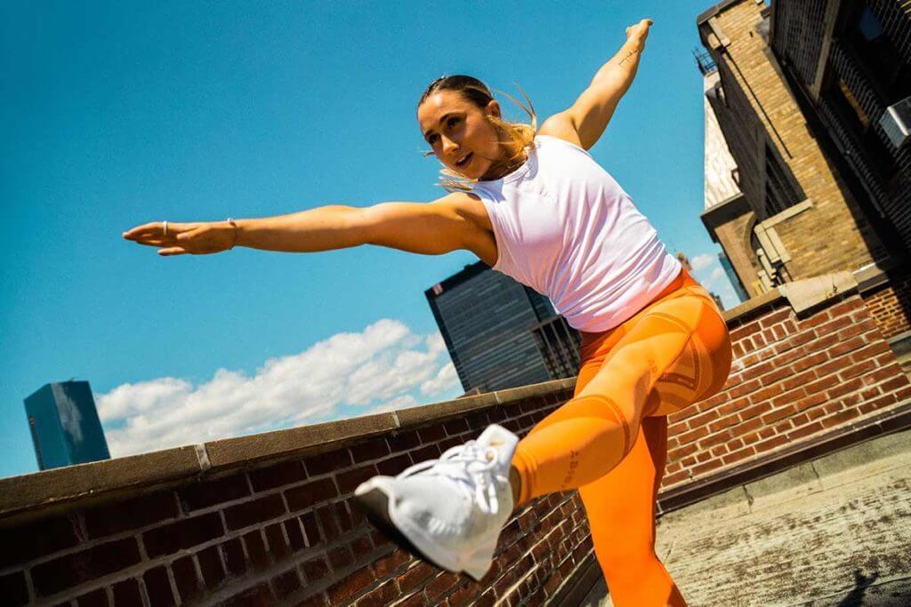 Mujer haciendo ejercicios de estabilidad y equilibrio