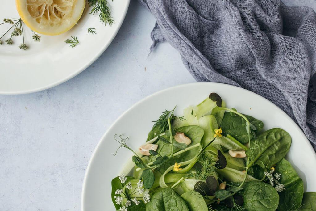 Prato de salada contendo poucas calorias para emagrecer