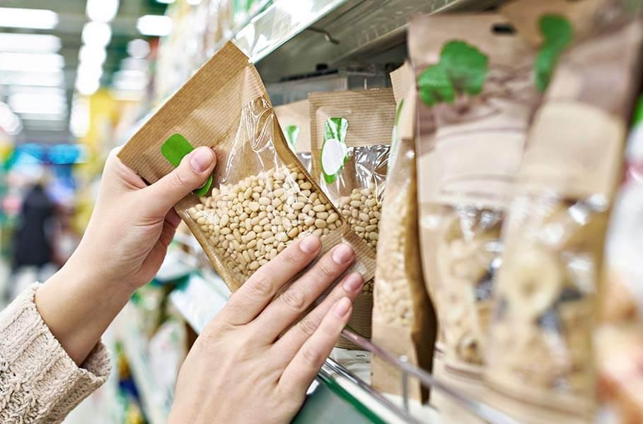 Una mujer comprueba la etiqueta nutricional de un producto