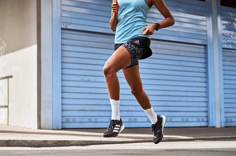 Nahaufnahme der Beine einer Läuferin