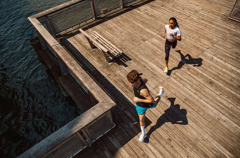 Zwei junge Menschen laufen am Morgen auf nüchternen Magen
